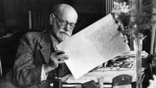 Sigmund Freud mentre lavora