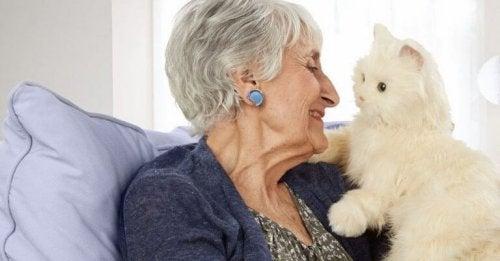 Signora anziana con gatto