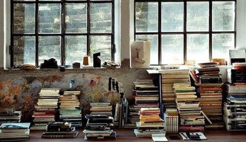 Stanza con libri in disordine