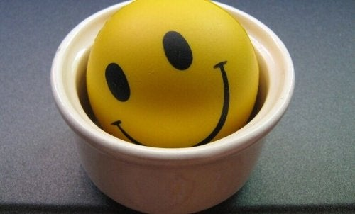 Una tazza con l'emoticon felice