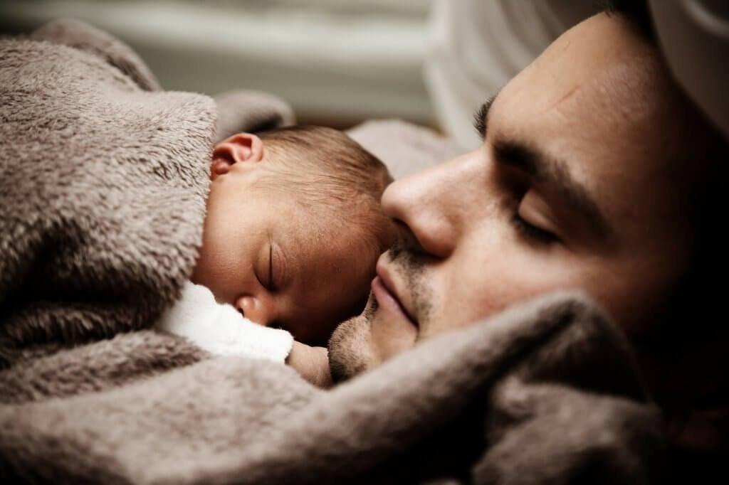 Uomo con neonato