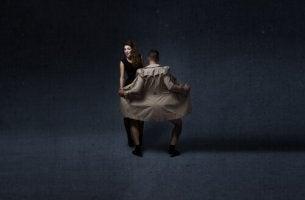 Un uomo esibizionista davanti ad una donna