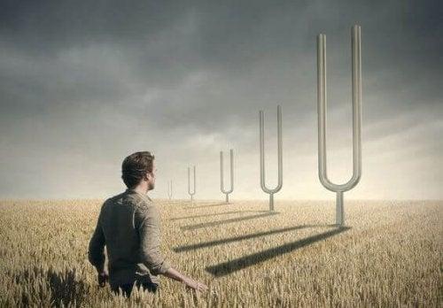 Uomo in un campo di grano
