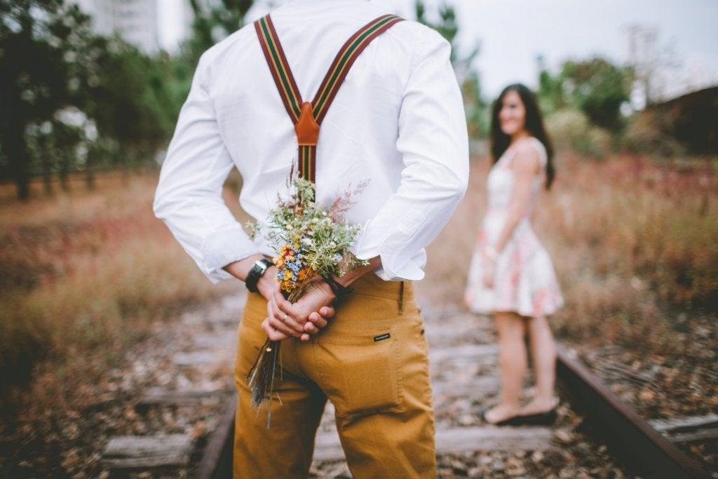 Uomo con un mazzo di fiori come simbolo di amore
