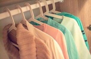 Vestiti ordinati nell'armadio riordinare le idee