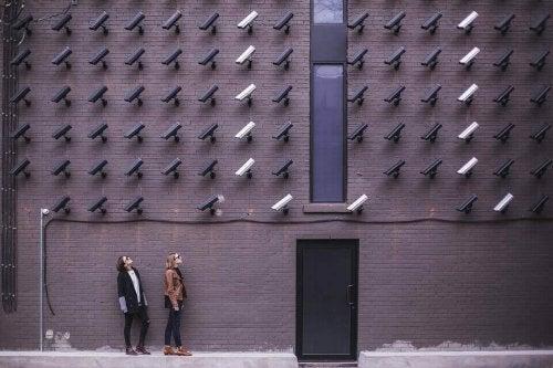 Videocamere che registrano due ragazze