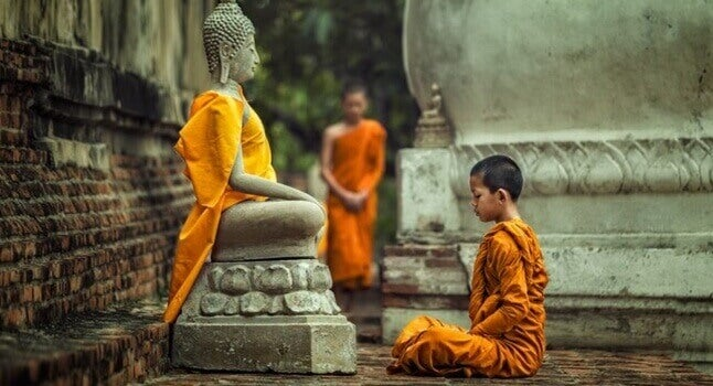 Bambino di fronte a Buddha