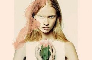 Donna con fiore in mano persone assertive