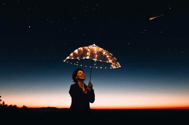 Donna con ombrello luminoso