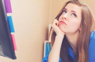 Donna annoiata che adotta la procrastinazione