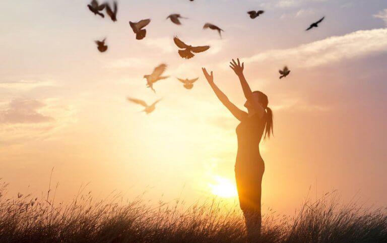 Ragazza libera delle colombe