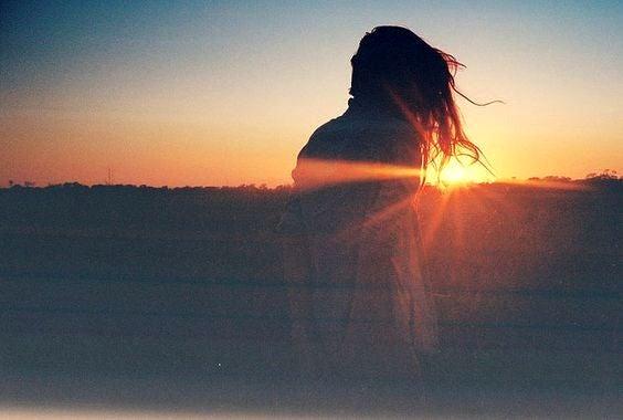 Ragazza osserva l'alba
