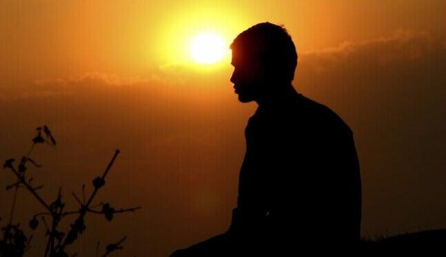 Ragazzo medita all'alba
