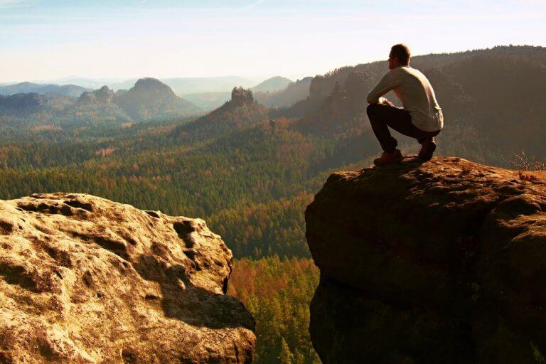 Uomo guarda il panorama in montagna