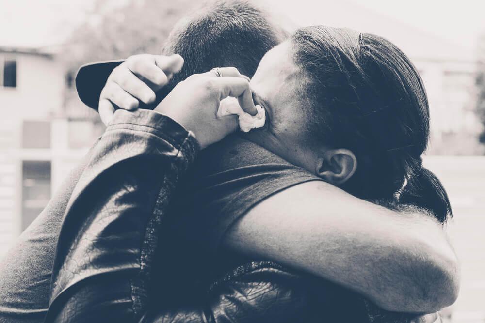 Persone che si abbracciano e piangono
