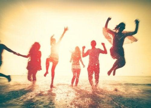 Amici che saltano felici