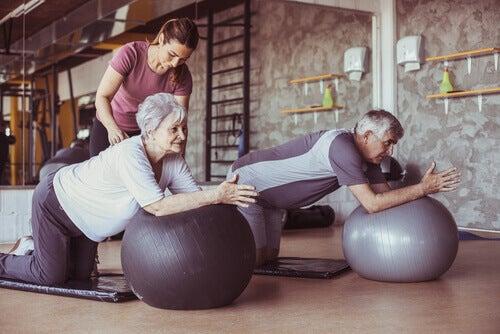 Persone anziane che fanno pilates