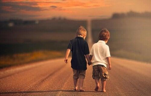 Bambini che si tengono per mano in segno di amicizia