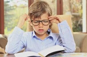 Bambino pronto per fare i compiti