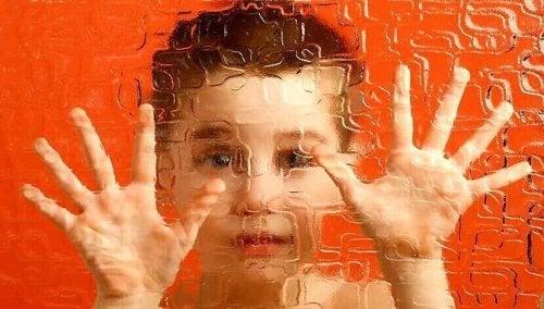 Bambino dietro a un vetro