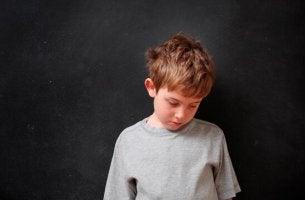Bambino triste vittima indiretta della violenza di genere