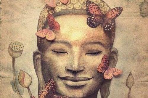 Buddha sorridente con delle farfalle