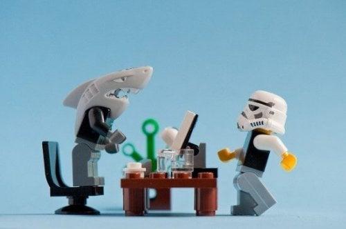 Capo con testa da squalo arrabbiato con dipendente