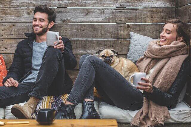 Coppia con tazza di tè e cane