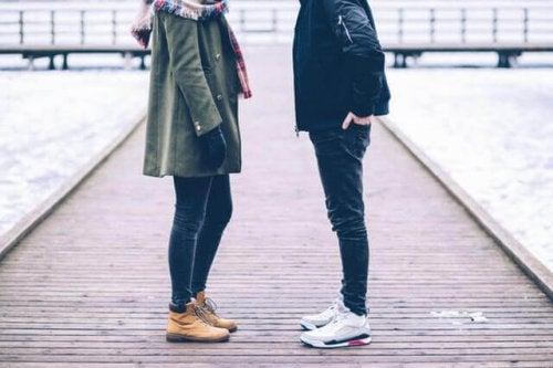 Corpi di una coppia che si guarda
