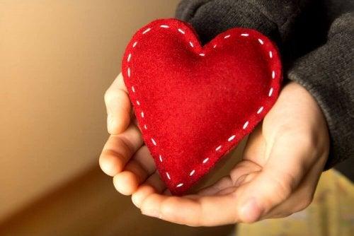Mani che sostengono un cuore