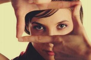 Donna che incornicia sguardo con le mani