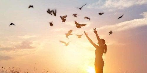 Donna che libera delle colombe