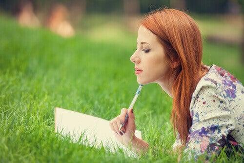 Donna che scrive diario
