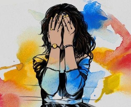 Donna che si copre il volto con entrambe le mani