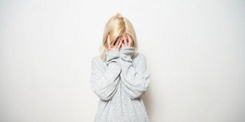 Donna con agorafobia che si copre gli occhi