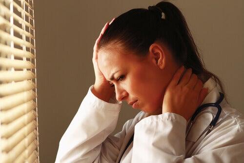 Donna con dolore al collo e fatica da empatia