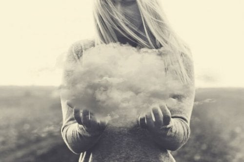 Donna con in mano nube che simboleggia pensieri negativi