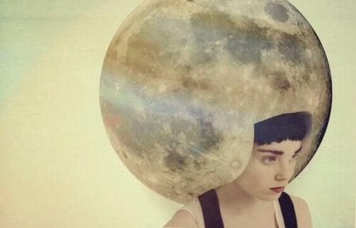Donna con luna in testa