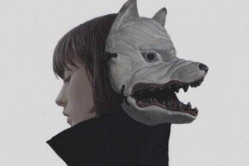 Donna con maschera da lupo