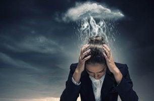 Donna con una nube di pioggia sulla testa disturbo ossessivo compulsivo