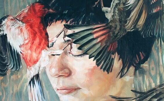 Donna con piume sul viso