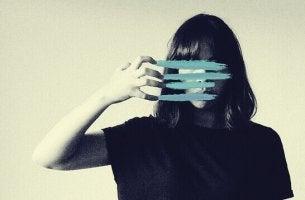 Donna con strisce celesti sul volto essere tristi e arrabbiati