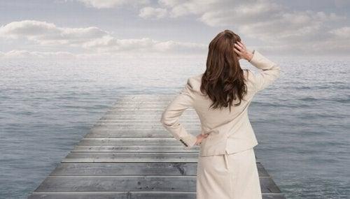 Donna davanti ad un oceano che pensa a come migliorare una giornata storta