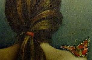 Donna di spalle pelle ed emozioni