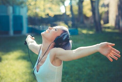 Donna felice che ascolta musica