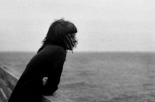 Donna che guarda il mare