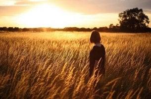 Donna in un campo di grano