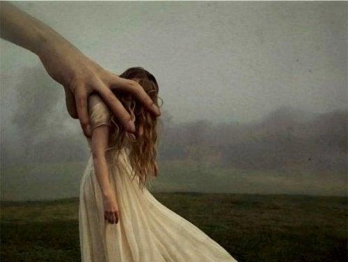 Donna in una mano che rappresenta lo stress