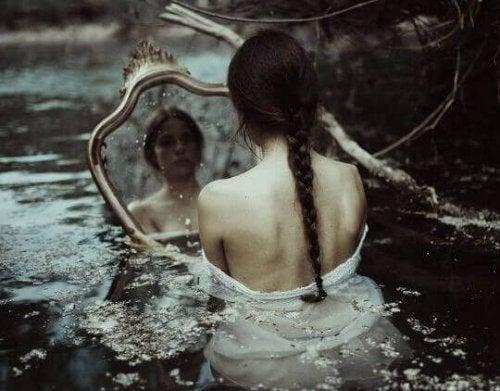 Donna nell'acqua con uno specchio