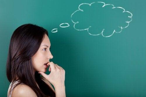 Donna che pensa alle strategie di apprendimento